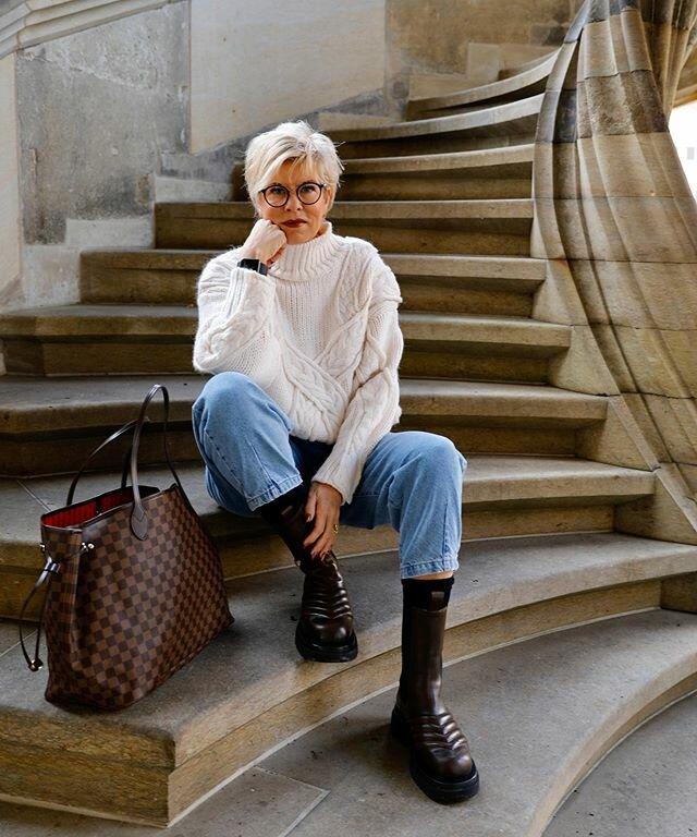 Стильная дама в возрасте 50+ в джинсах