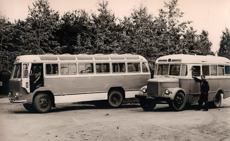 А вот собратьев из этой парочки когда-то вполне легко можно было встретить на различных районных автобусных маршрутах. ЛАЗ, СССР, авто, автобус, автомобили, зил, лиаз, советский автопром