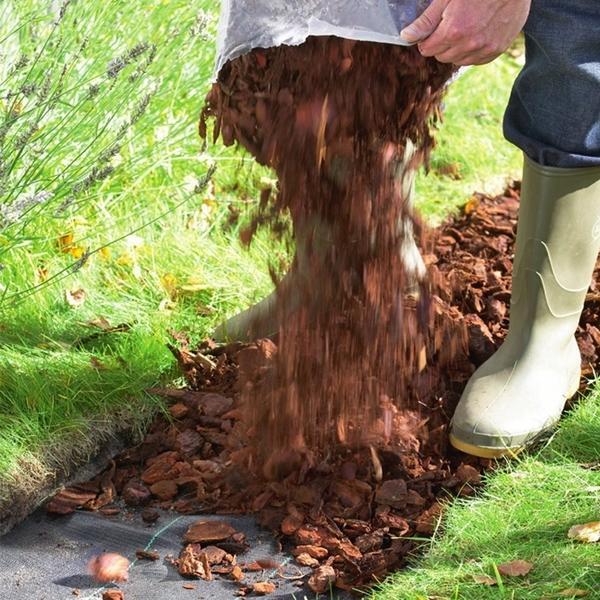Агроткань (или геотекстиль) представляет собой прочный водопроницаемый материал. Ее часто расстилают под слоем гравия, щебня, измельченной древесной коры, чтобы предотвратить проникновение сорняков.