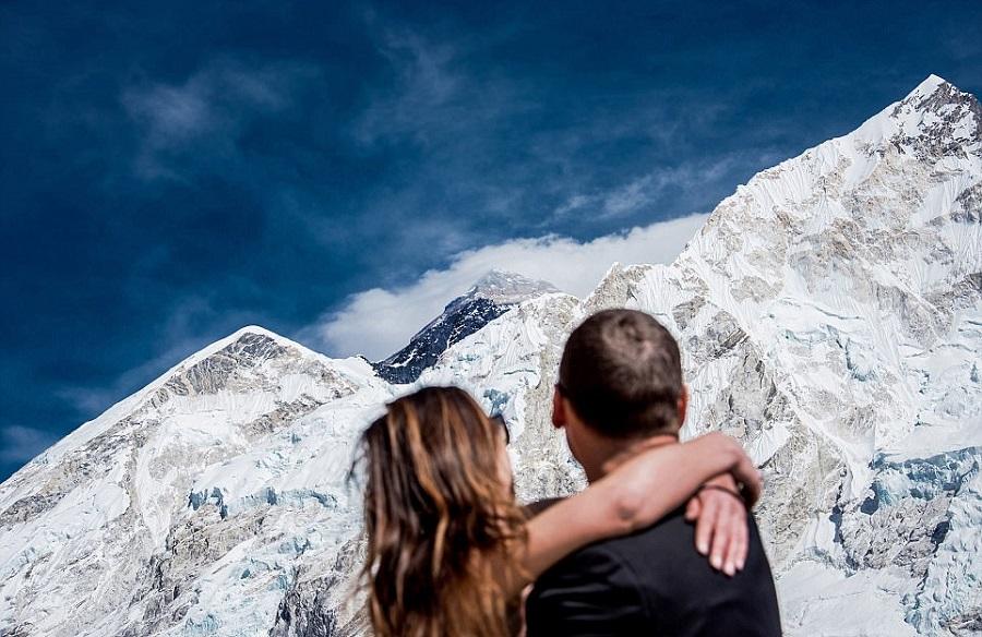 Пара на вершине горы фото