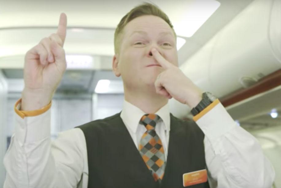 Что означают загадочные жесты бортпроводников