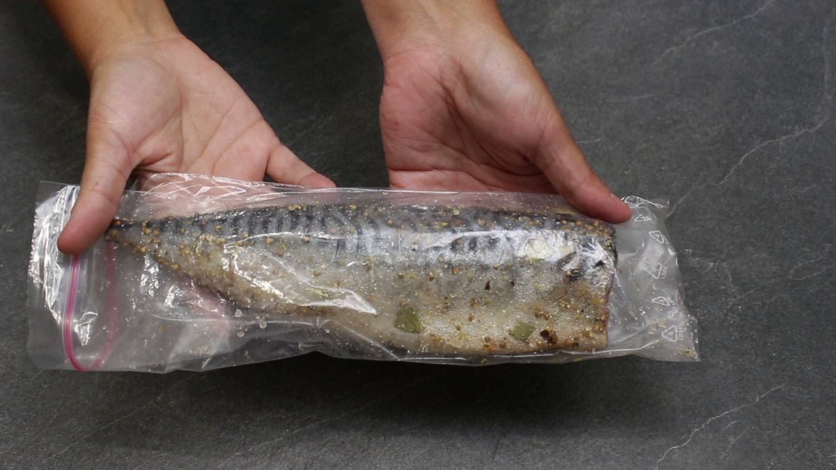 Как легко и просто посолить скумбрию прямо в пакете: никакой воды и грязной посуды, а главное, вкусно очень рыбные блюда,солим и квасим