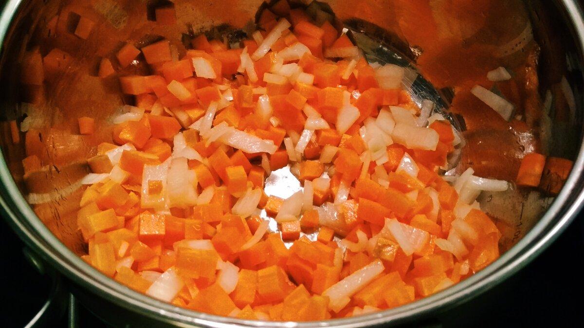 Обжариваем нарезанные морковь и лук.