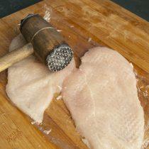 Накрываем мясо пищевой плёнкой, отбиваем молоточком