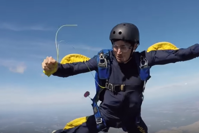Парашютист случайно отцепил оба парашюта
