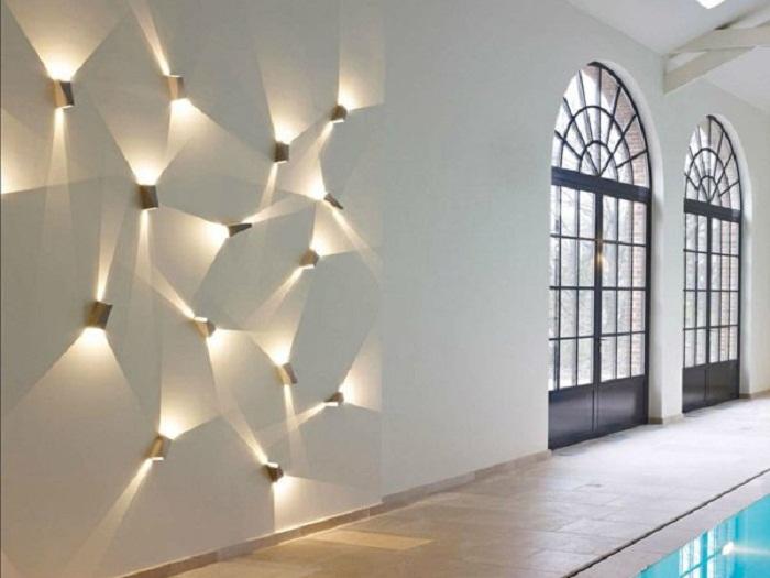Оригинальное декорирование стены при помощи освещения, что создаст просто потрясающую атмосферу и самые приятные воспоминания.