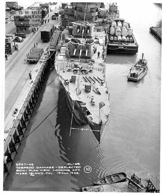 """Носовая часть американского лёгкого крейсера """"Сент Луис"""", получившего попадание торпеды в ходе сражения возле Коломбангары. Июль 1943 г. Великая Отечественная Война, архивные фотографии, вторая мировая война"""