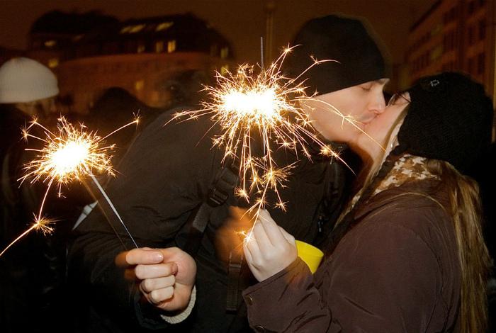 Желтые трусы, звон кастрюль, смена имен: 16 причудливых новогодних традиций из разных уголков мира