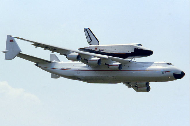 Мрия: посадка огромного самолета