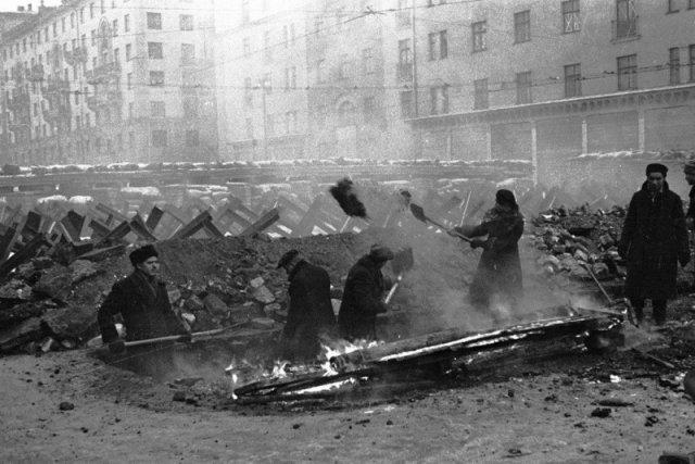 Жители Москвы сооружают баррикады на улицах города. 15 ноября 1941 года. история, люди, мир, фото