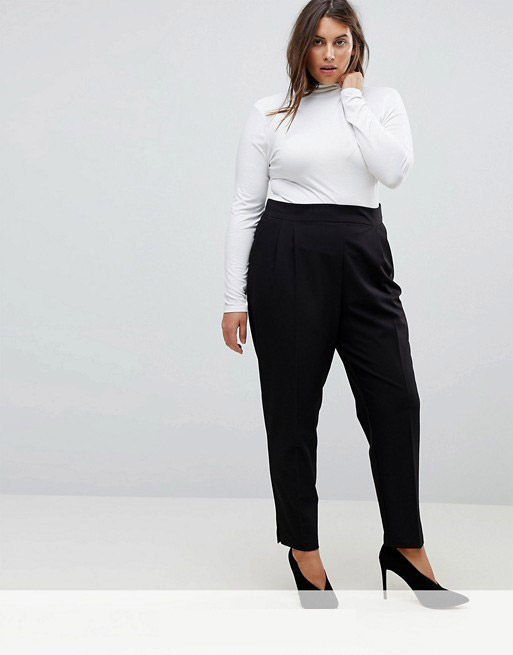 Девушка в черных брюках и белой толстовке