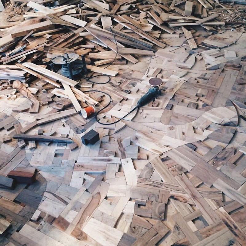 Алексей положил 10-миллиметровую фанеру на плоский бетонный пол, а затем наклеил на нее деревянные блоки искусство, креатив, необычные проекты