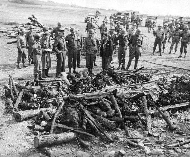 Американские генералы Джордж Паттон, Омар Брэдли и Дуайт Эйзенхауэр в концлагере Ордруф у сожжённых немцами тел узников. 12 апреля 1945 года, Германия. история, люди, мир, фото