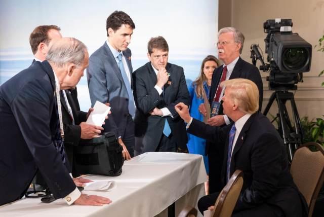 """Трамп эмоционально прокомментировал """"плохую фотографию"""" с саммита G7, где все с забавными лицами"""