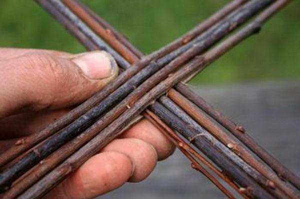 Возьмите два тонких и длинных ивовых прута и вставьте их в прорез
