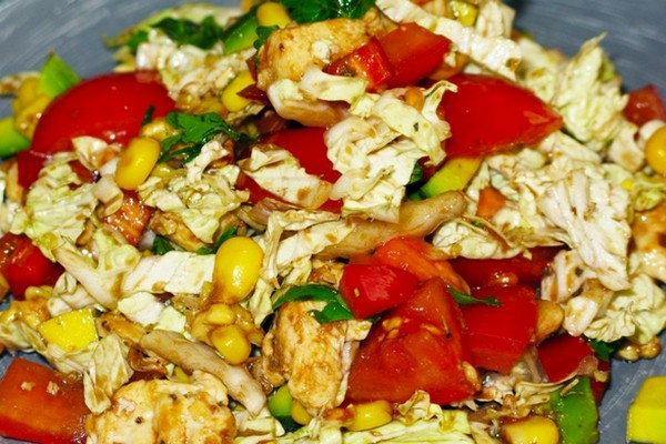 Легкий салат с лимонной курицей