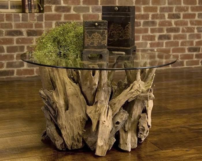 Небольшой обеденный стол, сделанный из стекла и коряг, станет замечательным решением для обустройства обеденной зоны, где часто собираются небольшие компании.