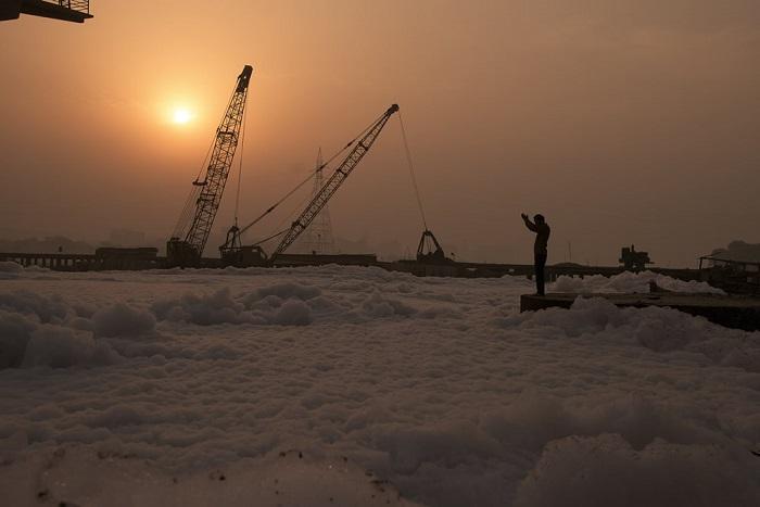 Индийский фотограф показал людям ужасный контраст между красотой и загрязнением величественной реки.