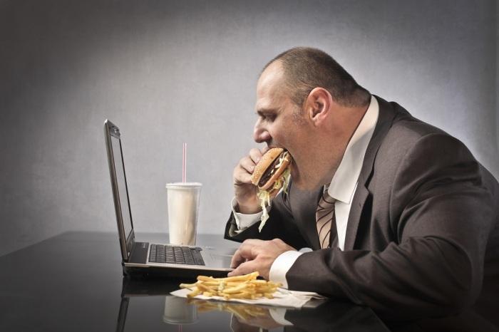 Чрезмерное употребление пищи приведет рано или поздно к ожирению / Фото: healthnutnews.com