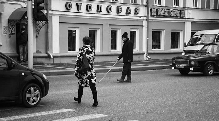 «По улице идёт слепой, потрагивая землю палочкой…»