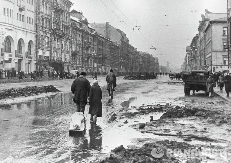 Блокадники Ленинграда выступили с обращением против безумной затеи с праздничным военным парадом на Дворцовой.