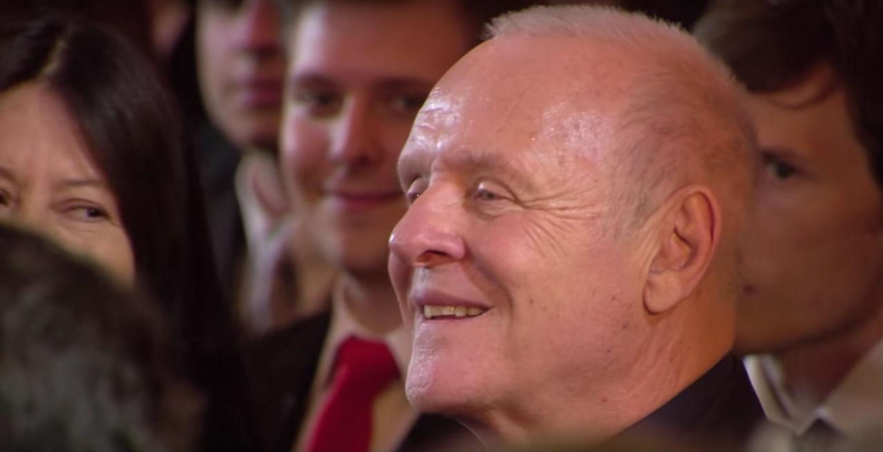 Признанный дирижер Андре Рьё исполнил вальс, написанный Энтони Хопкинсом