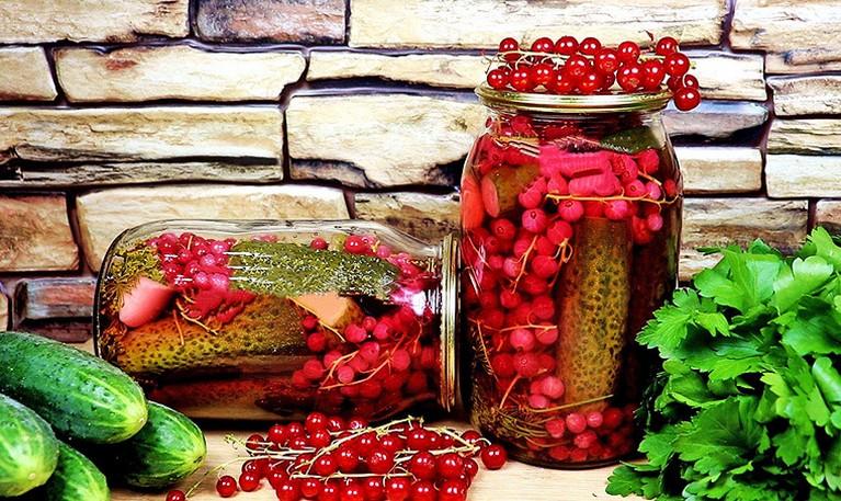 СОЛЕНЫЕ ОГУРЦЫ с красной смородиной на зиму