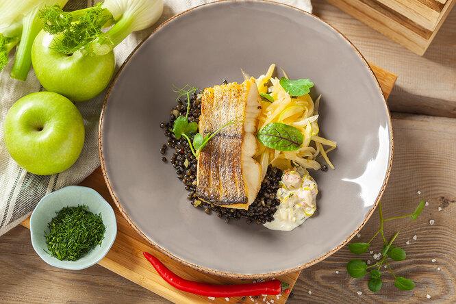 Необычный ужин из самой обычной рыбы: хек, кукурузное пюре и соус из кваса