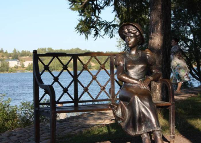 Скульптура *Дачница* в г. Плесе, имеющая портретное сходство с Кувшинниковой   Фото: liveinternet.ru