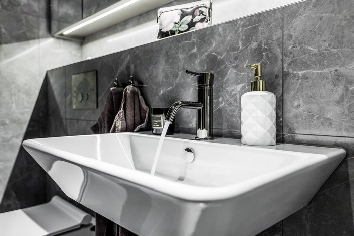 Подсветка подвесных шкафчиков в ванной комнате.