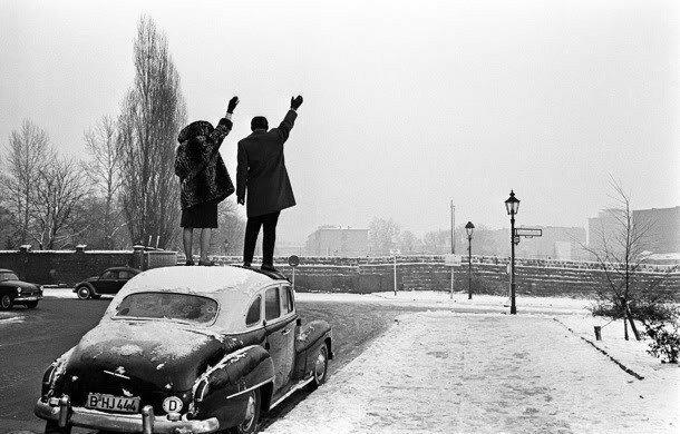 29. Родственники поздравляют друг другу с Рождеством через Берлинскую стену в 1961 году интересно, исторические фото, история, ностальгия, фото