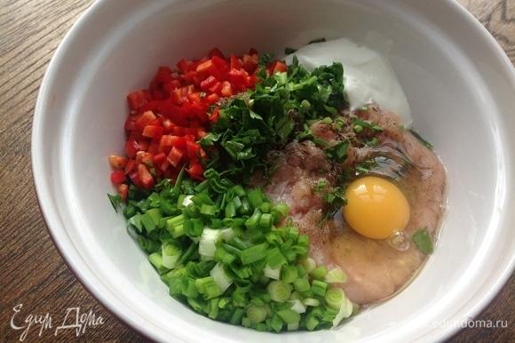 Охлажденный фарш куриного филе хорошо взбиваю. Нарезаю мелко перец, лук, петрушку, вбиваю яйцо, кладу сметану, сливки, чеснок. Хорошо вымешиваю.