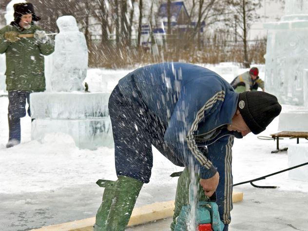 Неприличная ледяная фигура вызвала жаркие споры