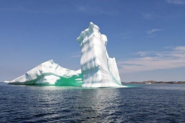 Здесь можно встретить и айсберги с историей: возраст некоторых айсбергов составляет около 10 000 лет! айсберг, канада, красиво, океан, путешествия, туризм, туристы, фото