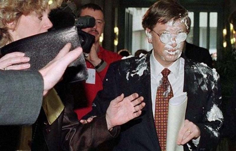 Билл Гейтс после броска в него тортом, 4 февраля 1998 года, Брюссель история, картинки, фото
