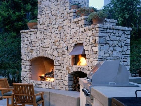 Пример многофункциональной печки, камин отдельно, очаг для барбекю отдельно.