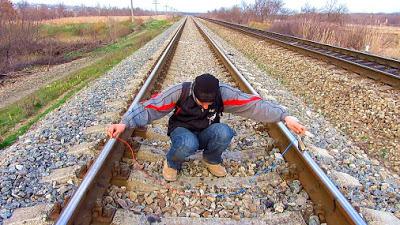 Как зарядить телефон от ж/д рельс. Замер напряжения на железной дороге