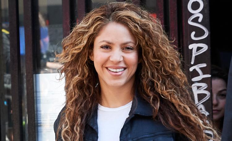 Редкий выход: Шакира покинула здание мадридского суда со счастливой улыбкой Звезды / Новости о звездах