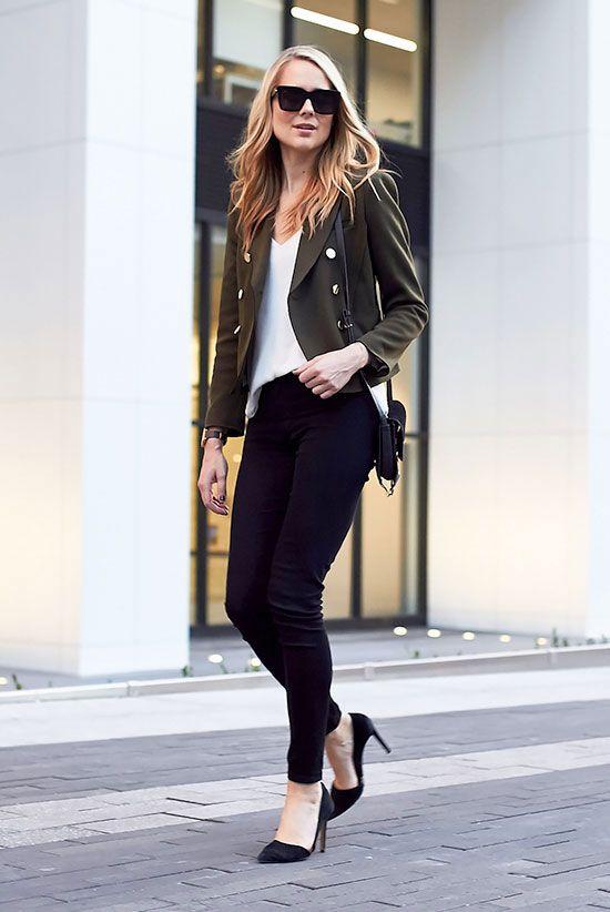 Девушка в черных джинсах скинни, белый топ и жакет в стиле милитари