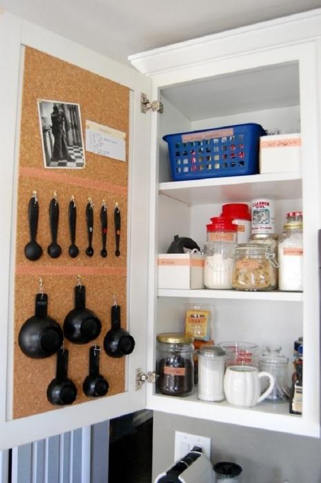 Повесьте крючки на дверце для кухонных принадлежностей. / Фото: Vashesamodelkino.ru