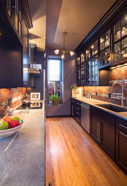 Декоративный кирпич на стенах новой кухни в коридоре позволит сгладить неровности стен