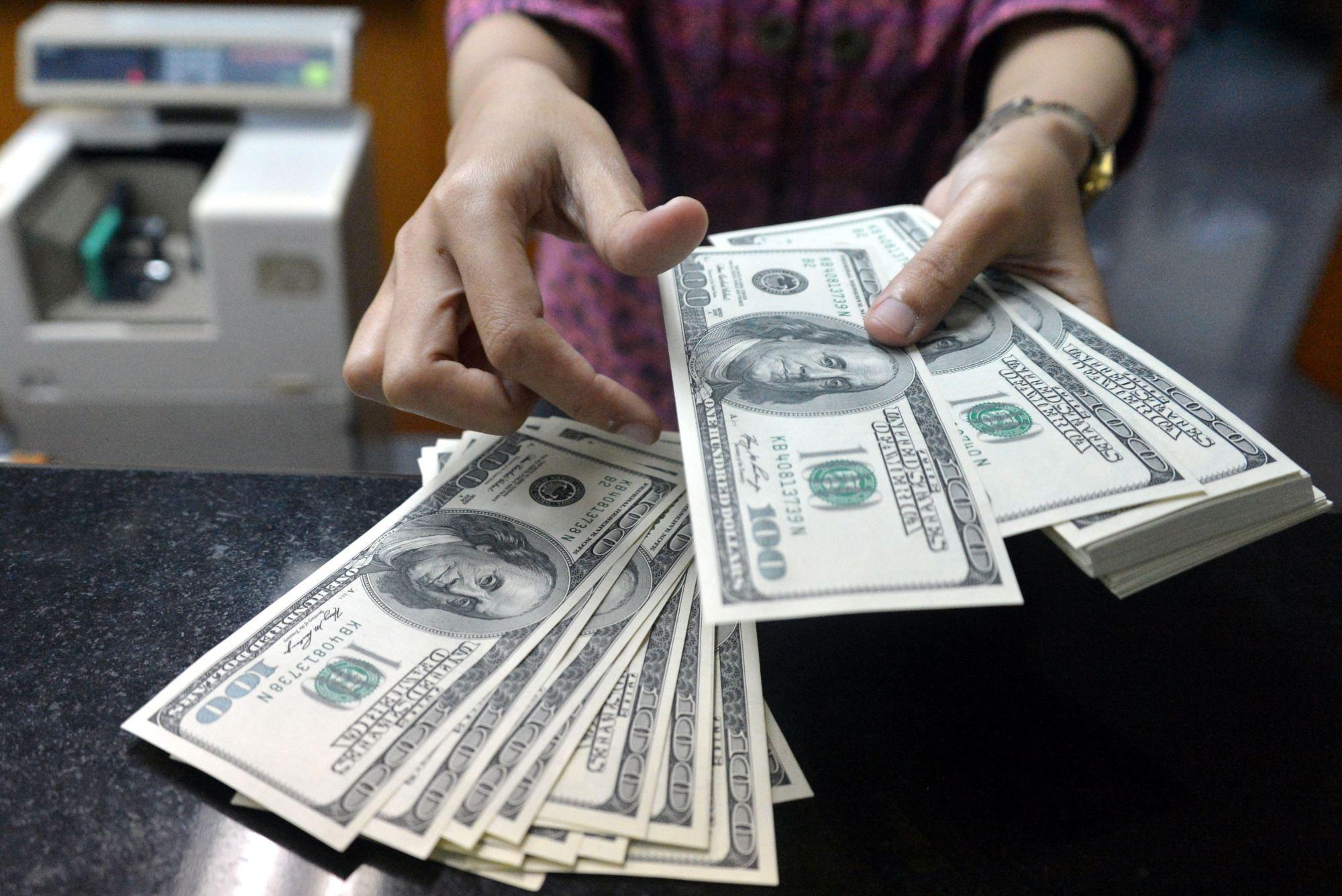 Названы две валюты, способные ударить по гегемонии доллара bloomberg,Валюта,Доллар,Прогноз,Экономика,Мир