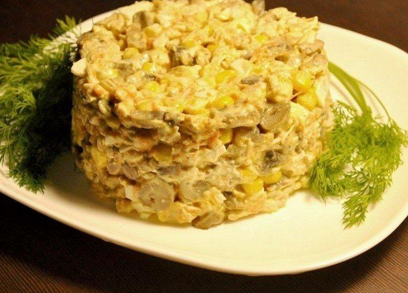 Прекрасный вариант для праздничного стола — грибной салат с курицей и кукурузой