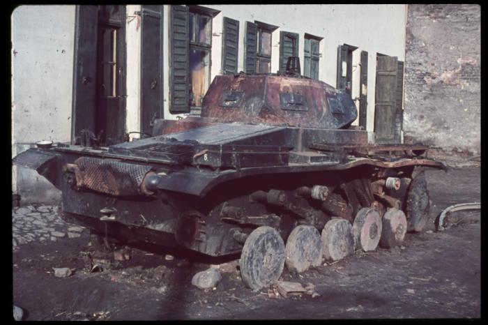 Подбитый и сгоревший немецкий легкий танк Panzerkampfwagen II.