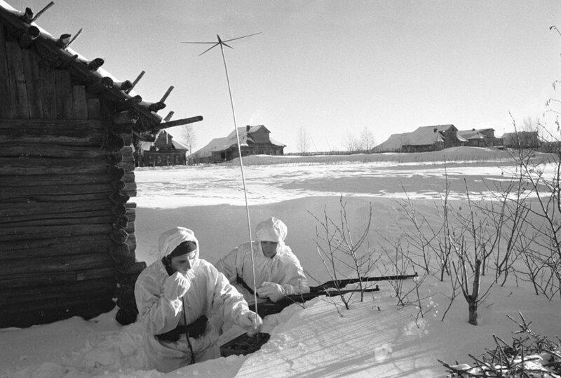 17. Советские разведчики расположились в подмосковной деревне, начало декабря 1941 года интересно, исторические фото, история, ностальгия, фото