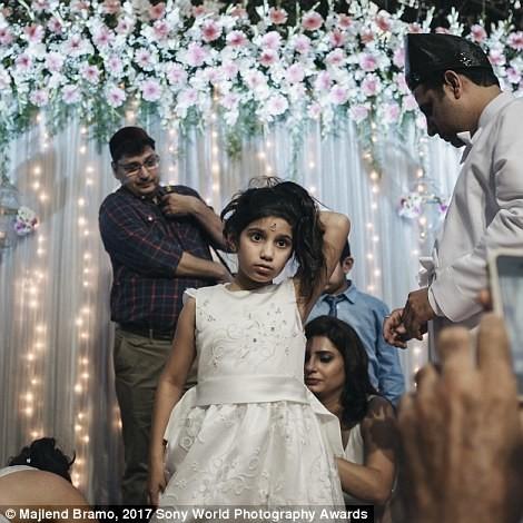 Девочка участвует в навджоте — церемония в религии зороастризма, схожая с крещением. в мире, дети, жизнь
