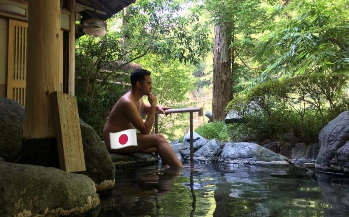 Один из европейцев был так восхищен отелем и его ваннами, что даже отважился сфотографироваться там голым. Правда, выкладывая фото, все-таки прикрыл стыд японским флагом. /Фото:stickerfridge.com