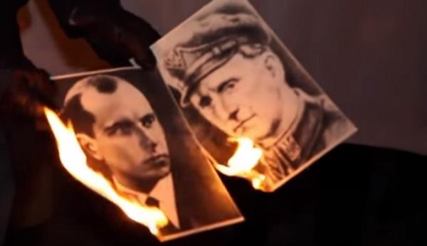 ВВаршаве возле украинского посольства сожгли портреты Бандеры иШухевича