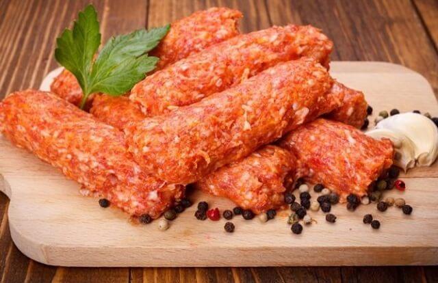 Вот как приготовить мититеи – обжаренные колбаски без оболочки