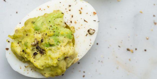 Фаршированные яйца с авокадо